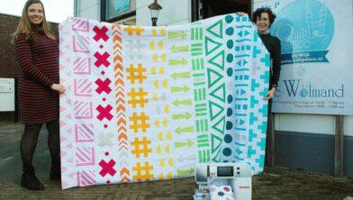 Lisanne (links) met haar quilt. Rechts Gerda Stegeman.