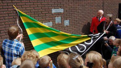 Janny Vlietstra (r) als eerste burger bij de opening van obs Het Groene Hart in 2012.
