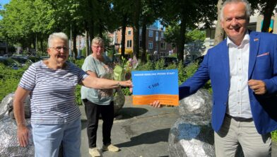 Ebel Soer – Schipper (links) en Siepie Siezema – Overzet (midden) van Vrouwen van Nu Meppel ontvangen uit handen van wethouder Henk ten Hulscher de eerste Frisse cheque van de regeling Frisse Start.