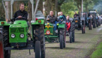 Tractoren en kentekens in Drenthe.