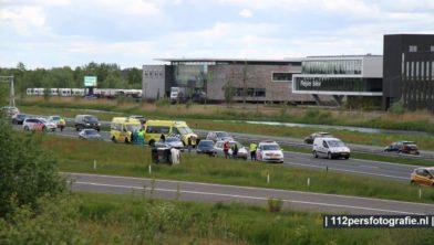 Een personenauto is zondagmiddag op zijn kant beland na een aanrijding met meerdere voertuigen.   Het ongeval gebeurden op de A28 bij Nijkerk. Zeker twee voertuigen liepen flinke schade op. Een rijbaan is afgesloten. Het is onbekend of er gewonden zijn gevallen.