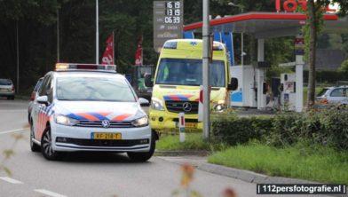 Een automobiliste heeft vanmorgen een bromfietser aangereden toen zij wegreed bij de benzinepomp Bast aan de Barneveldseweg (N301) in het buurtschap Driedorp bij Nijkerk.  De bromfietser raakte gewond en is behandeld door ambulancepersoneel. De auto liep flinke schade op.