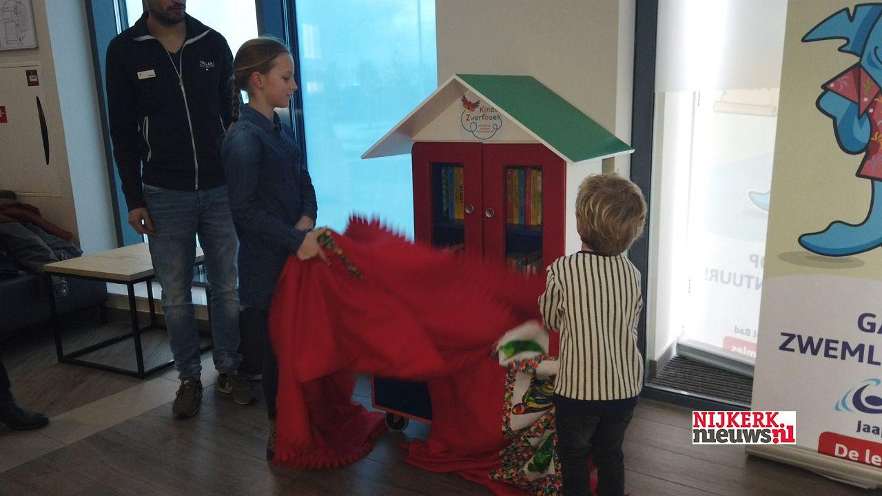 Kinderzwerfboekstation onthuld in Jaap van der Krol bad - nijkerknieuwsNL