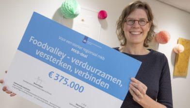 Ede, 261120 Ondertekening MKB-deal (Foodvalley-verduurzamen, versterken, verbinden) door Maud Hulshof, wethouder gemeente Wageningen. Foto: Sjef Prins - APA Foto