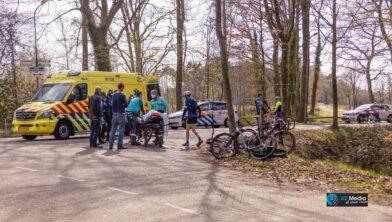 NIJKERK - Zaterdagmiddag 17 april rond 15.30 uur heeft een ongeval plaatsgevonden tussen een mountainbiker en een bestelbus aan de Nieuwe Voorthuizerweg in Nijkerk. Bij het verkeersongeval raakte de mountainbiker gewond en brak het voorwiel van zijn mountainbike af. Het slachtoffer werd per ambulance overgebracht naar het ziekenhuis. Hoe het ongeval heeft kunnen gebeuren, is niet bekend.