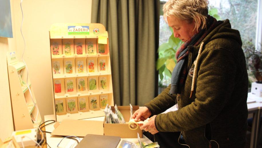 Tineke Alberts bestickert de zakjes zaad.