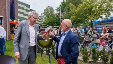 Peter de Haan (l) tijdens de onthulling van het logo van het Cultuurbedrijf in juni 2016.