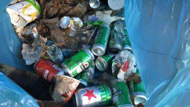 Langs 2,5 kilometer fietspad verzameld afval.