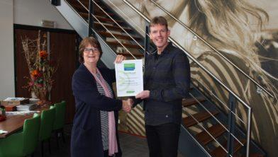 Ruth Karakaya van het Leerwerkloket overhandigt het certificaat aan Frank Beemster van AB Vakwerk.