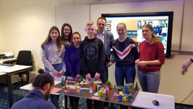 Leerlingen Emelwerda College presenteren hun ontwerpen.