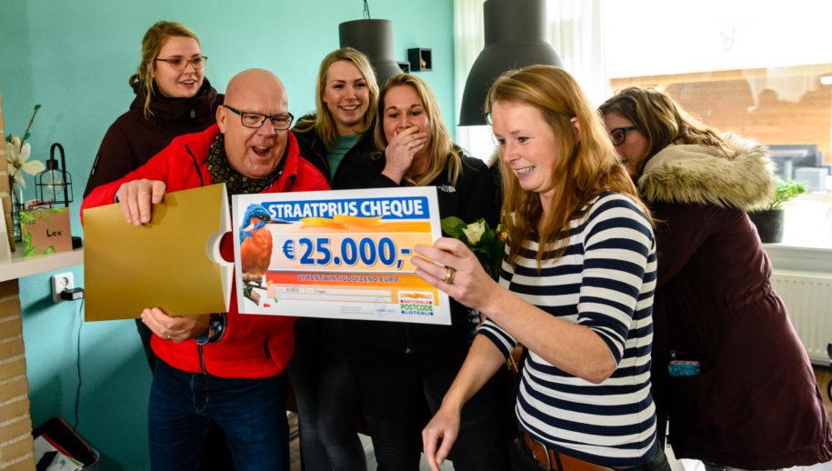 Inge uit Nagele wordt verrast met een cheque van 25.000 euro.