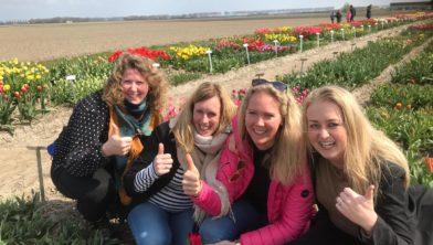 Vier Friese dames in de tulpenshowtuin