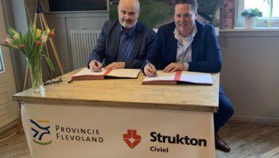 Erik Vervelde (ambtelijk opdrachtgever Provincie Flevoland) en Edwin Oostinga (directeur Strukton Civiel Noord & Oost B.V.) tekenen het contract'