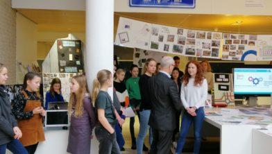 Wethouder Hans Wijnants en verschillende leerlingen van de scholen die een bijdrage leverden