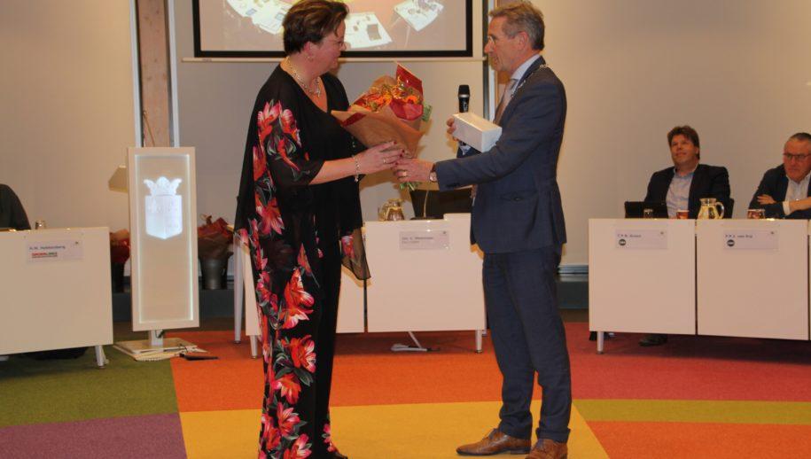 Ellen Lindenbergh door wnd. burgemeester Jan Westmaas toegesproken.