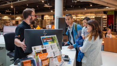 Bezoekers in de FlevoMeer Bibliotheek in Lelystad.