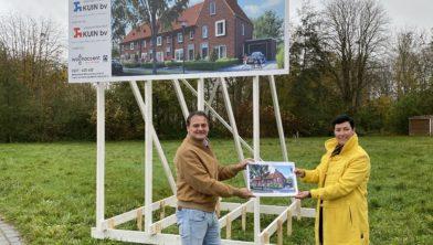 Ronald Vissers en Arianne de Groene-Wondergem bij het bouwbord aan de Meerweg in Rutten