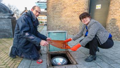 Wethouder Marian Uitdewilligen bracht vanmorgen symbolisch de oranje filters aan.