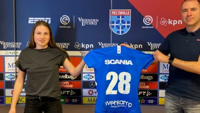 Tess van Bentem en technisch manager van PEC Zwolle Vrouwen, Sebastiaan Borgardijn.