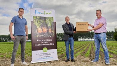 Hugo Jongejan, wethouder Hans Wijnants en Martin Topper bekrachtigen de samenwerking.