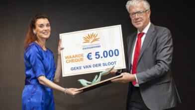 Geke van der Sloot ontvangt de Lelyprijs uit handen van cdK Leen Verbeek.