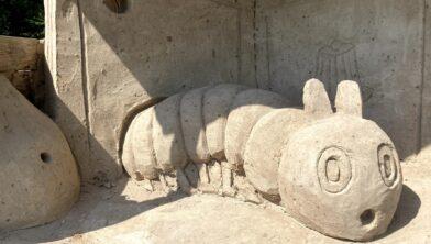 Eén van de zandsculpturen langs de route: Rupsje Nooitgenoeg