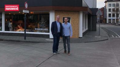 Frank en Robbert Eikhout voor de nieuwe winkel