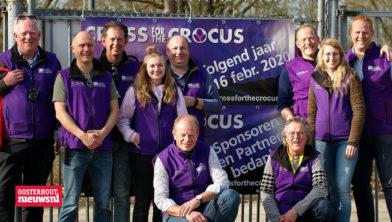 Hans Molenwijk (derde staande van linksHet bestuur van Cross For The Crocus met links vooraan knielend initiatiefnemer en oud-voorzitter Jan-Willem Cornelisse. De nieuwe voorzitter, staand derde van links, is Hans Molewijk.