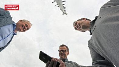 Wethouder Kastelijns, Marcel Langerak (Sportbedrijf Oosterhout) en Ruud Looijmans (voorzitter VV Oosterhout)