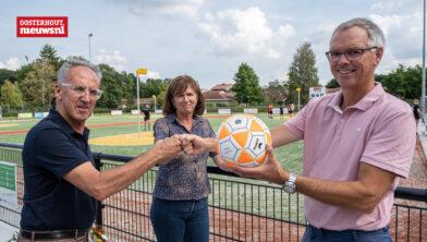 Leon Voogt (links) ontvangt wedstrijdbal van KNKV