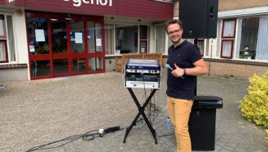 zanger Niels bij verzorgingstehuis De Hoge Hof