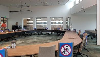 De nieuwe raadszaal is niet toegankelijk voor publiek