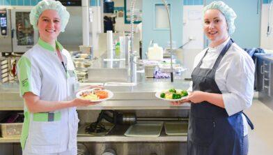 Logopedist Erika Smit met dieetkok Mandy Heijnekamp.