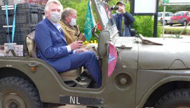 Burgemeester Van Rumund op transport naar Rhenen