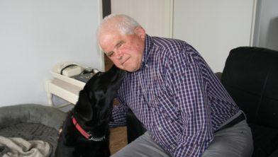 Piet Maasland met zijn hulphond Helmi