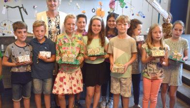 Burgemeester Agnes Schaap met de winnaars van het Kinderkunstproject
