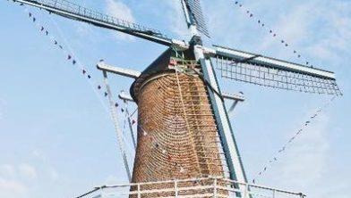Feestelijke versiering in de wieken van de molen