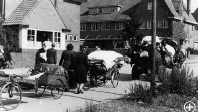 Evacuerende burgers op de Beethovenlaan in Arnhem, sept-okt 1944