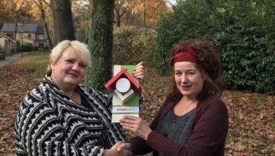 Raadslid Liselot Jansen (links) en Annette