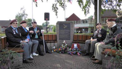 Veteranen na de service aan de Gliderbank in Wolfheze