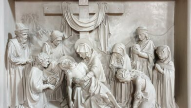 De foto van statie 13, Jezus wordt aan Zijn Moeder gegeven