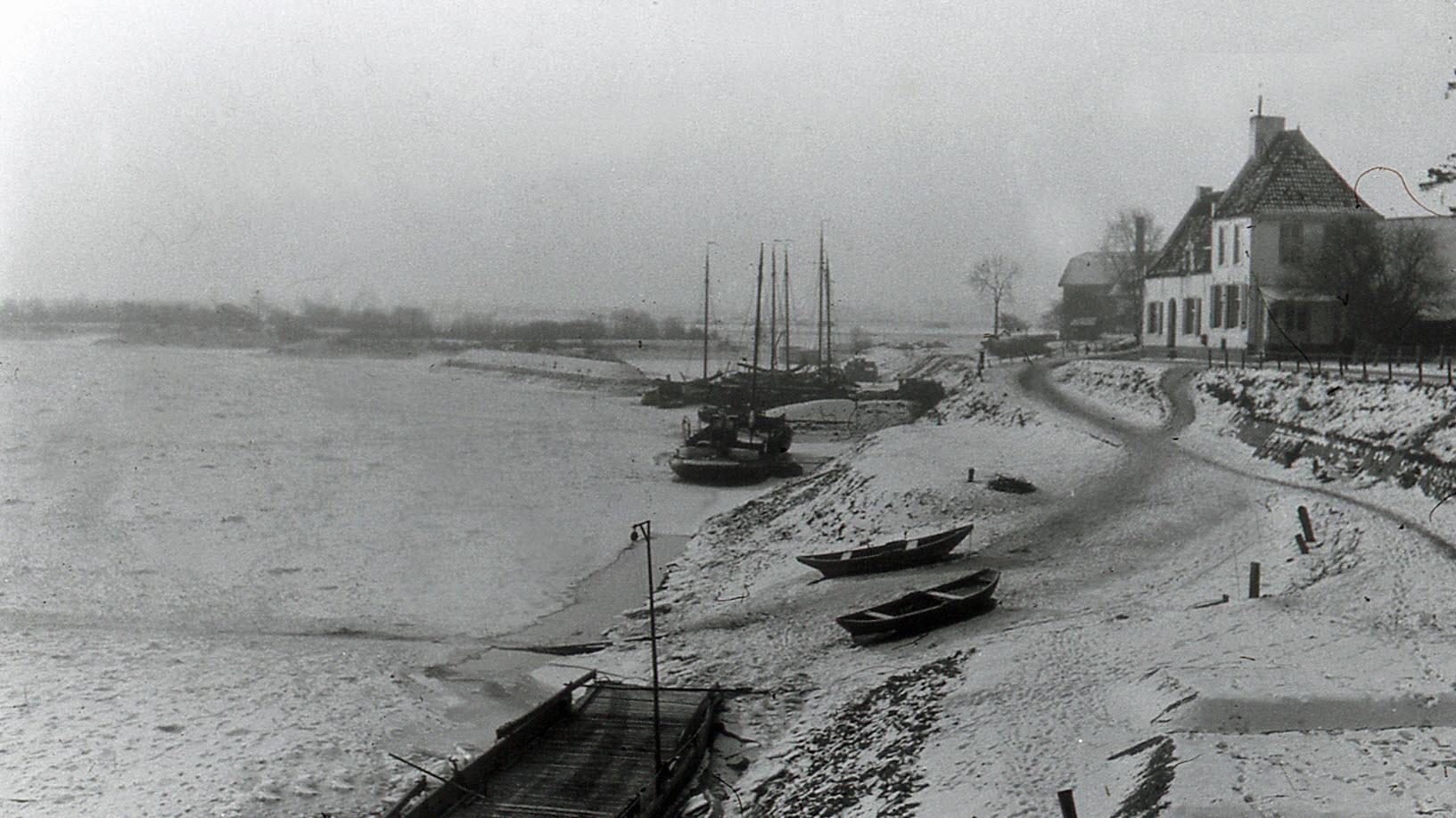 De IJssel dichtgevroren met veerhuis 1929
