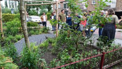 Jelle van Haren bij zijn winnende tuin met juryleden