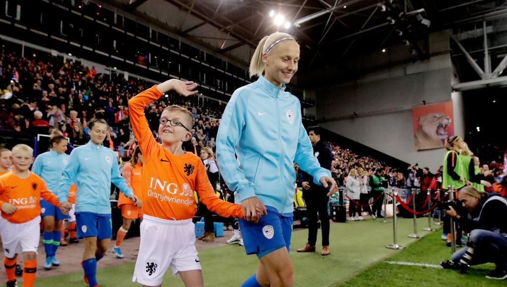Bram uit Velp liep het veld op met de OranjeLeeuwinnen - Het Rheden Nieuws