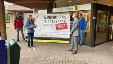 Overhandiging-petitie-NEE-tegen-windmolens-Broekdijk-Spankeren