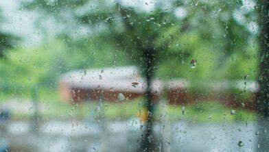 Regen op raam Andrey and Lesya, Pixabay