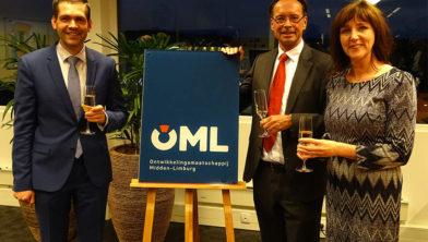 Gedeputeerde Joost van den Akker, wethouder Angely Waajen en directeur Serge Hoppenbrouwers onthullen het nieuwe logo.
