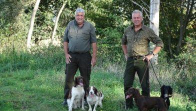 Jo (links) en Wim (rechts) Kuijpers bij het patrijzenveld: 'Wildbeheer en bestrijding blijven we met plezier doen, ook als er op Zevenellen bedrijven staan.'