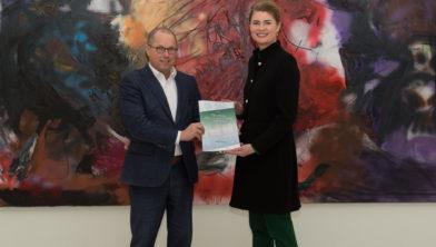Presentatie van het visiestuk door Christine van Basten-Boddin aan gedeputeerde Ger Koopmans