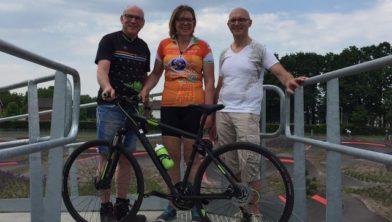 Petra Kerstens met Carlo Schepers van de Kaaimannen en Wil Buurstee van Buurstee Bike Center.